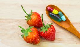 Morangos e vitaminas imagem de stock royalty free