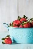 Morangos em Tin Bowl azul Fotografia de Stock Royalty Free
