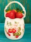 Morangos em um vaso da porcelana Imagem de Stock Royalty Free