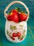 Morangos em um vaso da porcelana Foto de Stock Royalty Free