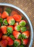 Morangos frescas com as bagas vermelhas brilhantes na cesta fotos de stock royalty free