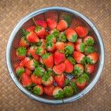 Morangos frescas com as bagas vermelhas brilhantes na cesta foto de stock royalty free