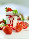 Morangos frescas com iogurte saudável Foto de Stock