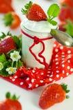 Morangos frescas com iogurte saudável Fotografia de Stock