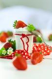 Morangos frescas com iogurte saudável Imagens de Stock Royalty Free