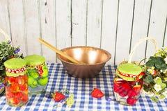 Morangos frescas e doce caseiro decor imagens de stock royalty free