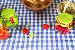 Morangos frescas e doce caseiro decor foto de stock royalty free