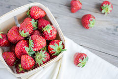 Morangos frescas em uma caixa, bagas cruas do verão, foco seletivo Fotos de Stock