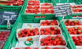 Morangos frescas em umas caixas plásticas para a venda no mercado da cidade Luc Imagens de Stock Royalty Free