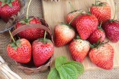Morangos frescas vermelhas em delicioso Fotografia de Stock
