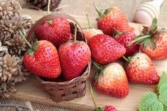 Morangos frescas vermelhas em delicioso Fotos de Stock