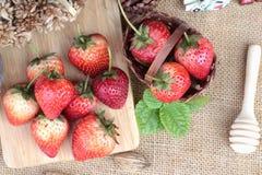 Morangos frescas vermelhas em delicioso Imagens de Stock Royalty Free