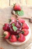 Morangos frescas vermelhas em delicioso e no doce Fotos de Stock Royalty Free