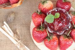 Morangos frescas vermelhas em delicioso e no doce Imagem de Stock