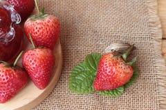 Morangos frescas vermelhas em delicioso e no doce Imagens de Stock