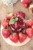 Morangos frescas vermelhas em delicioso e no doce Fotos de Stock