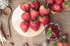Morangos frescas vermelhas em delicioso e no doce Foto de Stock Royalty Free