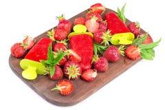 Morangos, gelado em uma placa de madeira, strawberri de morango Imagem de Stock Royalty Free