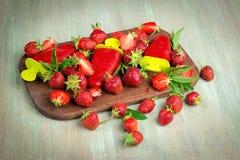 Morangos, gelado em uma placa de madeira, strawberri de morango Fotos de Stock