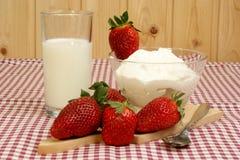 morangos, iogurte e leite para o pequeno almoço Fotos de Stock Royalty Free