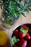 Morangos, limões, e ervas Fotografia de Stock Royalty Free