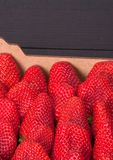 Morangos maduras frescas em uma caixa imagem de stock