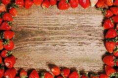 Morangos maduras frescas em uma tabela de madeira Foto de Stock