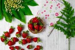 Morangos maduras na tabela de madeira Morangos frescas no fundo de madeira Fotos de Stock Royalty Free