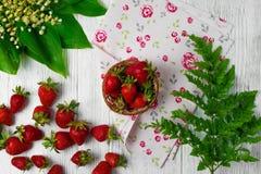 Morangos maduras na tabela de madeira Morangos frescas no fundo de madeira Imagens de Stock Royalty Free