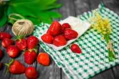 Morangos maduras na tabela de madeira Morangos frescas no fundo de madeira Fotografia de Stock Royalty Free