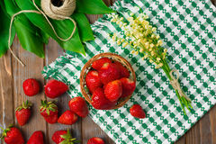Morangos maduras na tabela de madeira Morangos frescas no fundo de madeira Foto de Stock Royalty Free