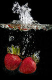 Morangos na água foto de stock