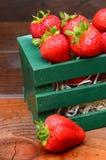 Morangos na caixa de madeira Fotos de Stock Royalty Free