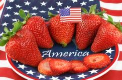 Morangos na placa de Patiotic com América Foto de Stock