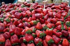 Morangos no mercado dos fazendeiros fotos de stock royalty free