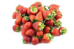 Morangos perfeitas maduras vermelhas frescas isoladas no branco Fotografia de Stock Royalty Free