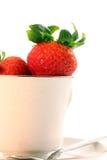 Morangos vermelhas frescas no Teacup branco Fotos de Stock
