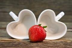 Morangos vermelhas maduras em uma tabela de madeira Foto saudável do alimento Morango Imagem de Stock