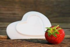 Morangos vermelhas maduras em uma tabela de madeira Foto saudável do alimento Morango Foto de Stock Royalty Free