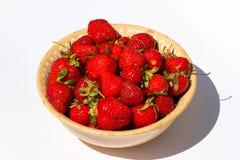 Morangos vermelhas maduras na placa no branco Fotos de Stock Royalty Free