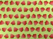 Morangos vermelhas no fundo do alimento verde Fotografia de Stock