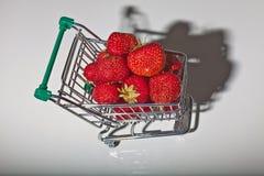 Morangos vermelhas no trole do supermercado Fotografia de Stock