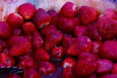 Morangos vermelhas suculentas em um dia quente Fotos de Stock Royalty Free
