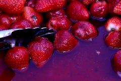 Morangos vermelhas suculentas em um dia quente Fotos de Stock