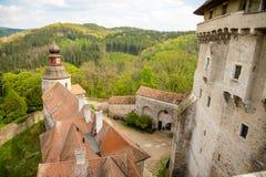Moravian-Schloss Pernstejn, stehend auf einem Hügel über tiefen Wäldern der böhmischen-Moravian Hochländer in der Tschechischen R lizenzfreie stockfotografie