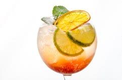Morbidezza del cocktail ed a lungo bevande davanti a fondo bianco Immagini Stock