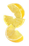 Morceau accrochant, de chute et de voler de fruits de citron d'isolement Photo stock