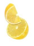 Morceau accrochant, de chute et de voler de fruits de citron d'isolement Photographie stock