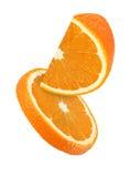 Morceau accrochant, de chute et de voler de fruits oranges d'isolement Images libres de droits