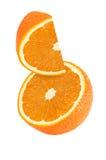 Morceau accrochant, de chute et de voler de fruits oranges d'isolement Photos libres de droits